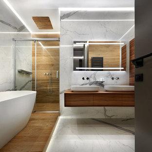 Esempio di una grande stanza da bagno padronale design con ante lisce, ante in legno scuro, vasca freestanding, doccia alcova, piastrelle marroni, piastrelle grigie, lavabo a bacinella, top in legno, pavimento grigio, porta doccia scorrevole e top marrone