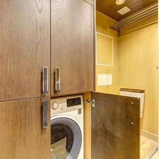 Esempio di una piccola stanza da bagno con doccia scandinava con ante lisce, ante beige, doccia ad angolo, WC a due pezzi, piastrelle beige, piastrelle in ceramica, pareti beige, pavimento con piastrelle in ceramica, lavabo da incasso e top in legno