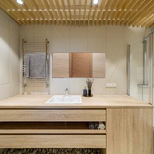 На фото: ванная комната в современном стиле с