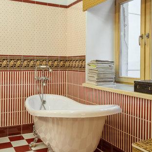 Foto di una stanza da bagno classica con vasca con piedi a zampa di leone, piastrelle rosse e piastrelle multicolore