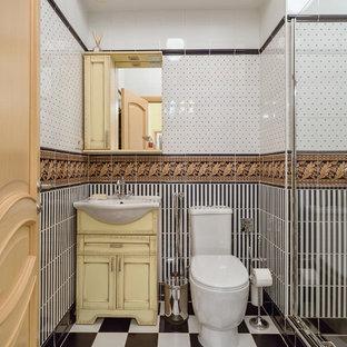 Klassisches Duschbad mit schwarz-weißen Fliesen, farbigen Fliesen, verzierten Schränken und gelben Schränken in Moskau