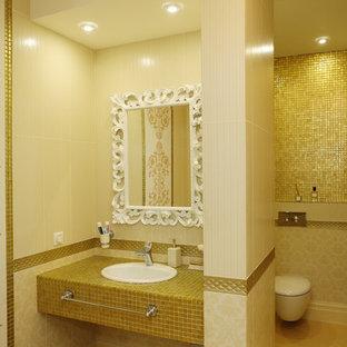Exempel på ett klassiskt en-suite badrum, med en vägghängd toalettstol, gul kakel, gula väggar, klinkergolv i keramik, kaklad bänkskiva, mosaik och ett nedsänkt handfat