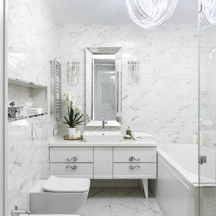Пример оригинального дизайна: главная ванная комната в стиле современная классика с плоскими фасадами, белыми фасадами, белой плиткой, настольной раковиной, белым полом, белой столешницей, накладной ванной, инсталляцией, мраморной плиткой, белыми стенами и мраморным полом