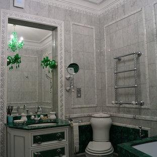 Ispirazione per una grande stanza da bagno padronale vittoriana con ante verdi, vasca idromassaggio, vasca/doccia, WC sospeso, piastrelle grigie, piastrelle di marmo, pavimento in marmo, pavimento grigio, doccia aperta e top verde