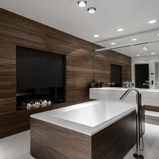 Идея дизайна: большая главная ванная комната в современном стиле с плоскими фасадами, белыми фасадами, отдельно стоящей ванной, душем в нише, инсталляцией, белой плиткой, мраморной плиткой, белыми стенами, мраморным полом, монолитной раковиной, столешницей из искусственного камня, белым полом, душем с распашными дверями, белой столешницей, тумбой под две раковины, подвесной тумбой и панелями на стенах