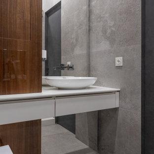 Свежая идея для дизайна: ванная комната в современном стиле с плоскими фасадами, белыми фасадами, серой плиткой, настольной раковиной, серым полом и белой столешницей - отличное фото интерьера