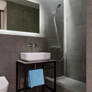 Свежая идея для дизайна: ванная комната среднего размера в современном стиле с фасадами островного типа, черными фасадами, душем в нише, инсталляцией, серой плиткой, керамогранитной плиткой, полом из керамогранита, душевой кабиной, настольной раковиной, серым полом, открытым душем, серой столешницей, тумбой под одну раковину и напольной тумбой - отличное фото интерьера
