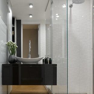 Удачное сочетание для дизайна помещения: ванная комната в современном стиле с плоскими фасадами, черными фасадами, белой плиткой, серыми стенами, душевой кабиной, настольной раковиной и открытым душем - самое интересное для вас