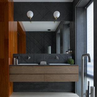 Пример оригинального дизайна: главная ванная комната среднего размера в современном стиле с черной плиткой, серыми стенами, бетонным полом, накладной раковиной, столешницей из гранита, бежевым полом, серой столешницей, плоскими фасадами и темными деревянными фасадами