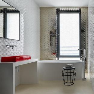Inspiration för ett mellanstort funkis vit vitt en-suite badrum, med ett fristående badkar, vit kakel, kakel i metall, betonggolv, ett fristående handfat, kaklad bänkskiva, beiget golv och öppna hyllor
