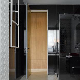 Modelo de cuarto de baño infantil, actual, de tamaño medio, con ducha esquinera, baldosas y/o azulejos de porcelana, suelo de cemento, suelo beige, ducha con puerta con bisagras, baldosas y/o azulejos blancos y baldosas y/o azulejos negros