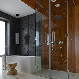 Стильный дизайн: главная ванная комната среднего размера в современном стиле с отдельно стоящей ванной, душем без бортиков, черной плиткой, бетонным полом, бежевым полом и душем с распашными дверями - последний тренд