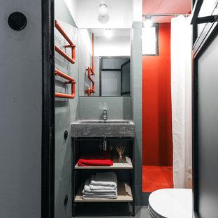 Стильный дизайн: ванная комната в стиле лофт с открытыми фасадами, душем в нише, серыми стенами, душевой кабиной, серым полом, шторкой для ванной и подвесной раковиной - последний тренд