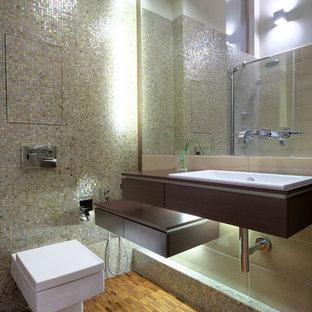 Свежая идея для дизайна: ванная комната в современном стиле с плиткой мозаикой, душевой кабиной, плоскими фасадами, темными деревянными фасадами, инсталляцией, накладной раковиной, разноцветной плиткой и столешницей из дерева - отличное фото интерьера