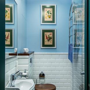 Идея дизайна: ванная комната в стиле современная классика с раздельным унитазом, белой плиткой, плиткой кабанчик, синими стенами, душевой кабиной, подвесной раковиной, душем с распашными дверями и разноцветным полом