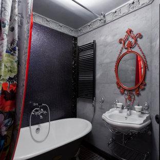 Пример оригинального дизайна: ванная комната в стиле фьюжн с ванной на ножках, черной плиткой, плиткой мозаикой, серыми стенами, полом из мозаичной плитки, душевой кабиной, консольной раковиной, черным полом и тумбой под одну раковину
