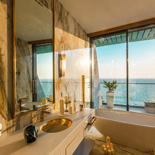 Идея дизайна: большая баня и сауна в современном стиле с открытыми фасадами, бежевыми фасадами, отдельно стоящей ванной, бежевой плиткой, черной плиткой, серой плиткой, полом из керамогранита, врезной раковиной, разноцветным полом и бежевой столешницей