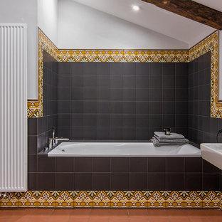 Foto di una stanza da bagno padronale chic con vasca ad alcova, piastrelle nere, piastrelle multicolore, lavabo sospeso e pavimento arancione