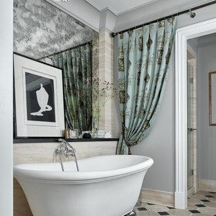 Неиссякаемый источник вдохновения для домашнего уюта: большая главная ванная комната в современном стиле с серыми стенами, полом из сланца, бежевым полом и ванной на ножках