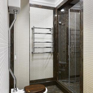 На фото: ванная комната среднего размера в стиле современная классика с душем в нише, раздельным унитазом, коричневой плиткой, белой плиткой, керамогранитной плиткой, полом из керамогранита, коричневым полом, душем с распашными дверями и душевой кабиной с