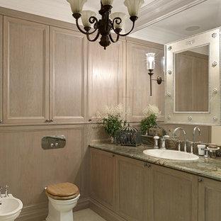 Выдающиеся фото от архитекторов и дизайнеров интерьера: главная ванная комната среднего размера в стиле современная классика с фасадами с утопленной филенкой, искусственно-состаренными фасадами, зеленой плиткой, цементной плиткой, полом из керамогранита, накладной раковиной, мраморной столешницей и раздельным унитазом