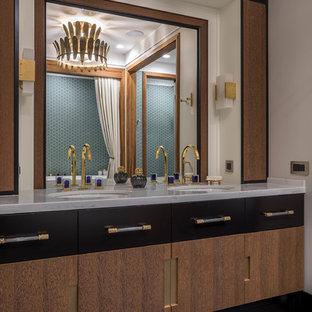 На фото: с высоким бюджетом большие главные ванные комнаты в стиле современная классика с плоскими фасадами, фасадами цвета дерева среднего тона, бежевыми стенами, полом из цементной плитки, столешницей из искусственного кварца, черным полом, врезной раковиной и серой столешницей
