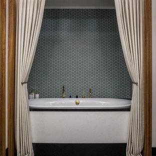 Удачное сочетание для дизайна помещения: большая главная ванная комната в стиле современная классика с зеленой плиткой, цементной плиткой, полом из цементной плитки, черным полом и накладной ванной - самое интересное для вас
