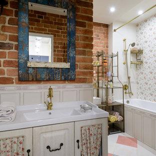 Новый формат декора квартиры: главная ванная комната в стиле шебби-шик с фасадами цвета светлого дерева, душем со шторкой, комбинацией ванны с душем и монолитной раковиной