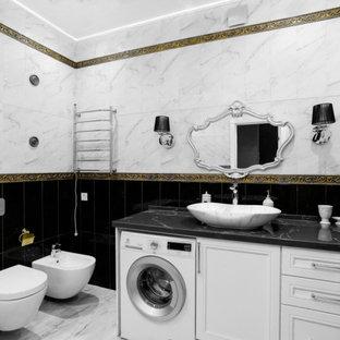 Diseño de cuarto de baño principal, contemporáneo, de tamaño medio, con armarios abiertos, puertas de armario blancas, bañera esquinera, combinación de ducha y bañera, urinario, baldosas y/o azulejos blancas y negros, baldosas y/o azulejos de mármol, paredes blancas, suelo de mármol, lavabo sobreencimera, encimera de mármol, suelo blanco y encimeras negras