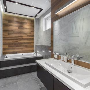 Свежая идея для дизайна: ванная комната в современном стиле с накладной ванной, серым полом, плоскими фасадами, серыми фасадами, серой плиткой, коричневыми стенами, накладной раковиной и белой столешницей - отличное фото интерьера