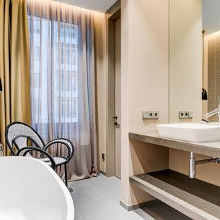 Стильный дизайн: ванная комната среднего размера в современном стиле с открытыми фасадами, серыми фасадами, отдельно стоящей ванной, бежевой плиткой, плиткой мозаикой, бежевыми стенами, настольной раковиной, серым полом и серой столешницей - последний тренд