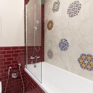 Идея дизайна: ванная комната в классическом стиле с накладной ванной, душем над ванной, бежевой плиткой, разноцветной плиткой, красной плиткой, плиткой кабанчик, бежевыми стенами и разноцветным полом