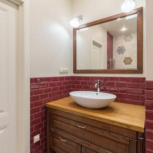 Стильный дизайн: ванная комната в классическом стиле с фасадами островного типа, темными деревянными фасадами, красной плиткой, плиткой кабанчик, бежевыми стенами, настольной раковиной, столешницей из дерева, разноцветным полом и бежевой столешницей - последний тренд