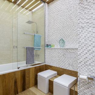 Неиссякаемый источник вдохновения для домашнего уюта: главная ванная комната среднего размера в современном стиле с белой плиткой, ванной в нише, душем над ванной, раздельным унитазом, плиткой мозаикой и бежевым полом