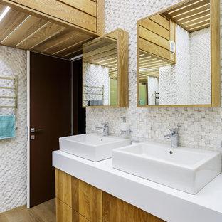 Свежая идея для дизайна: ванная комната среднего размера в современном стиле с белой плиткой, белыми стенами, столешницей из искусственного камня, белой столешницей, плоскими фасадами, фасадами цвета дерева среднего тона, плиткой мозаикой, настольной раковиной и бежевым полом - отличное фото интерьера