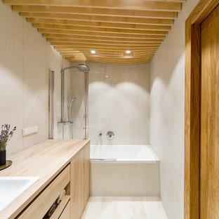 Идея дизайна: главная ванная комната среднего размера в современном стиле с плоскими фасадами, душем над ванной, бежевой плиткой, керамической плиткой, полом из керамогранита, накладной раковиной, столешницей из дерева, бежевым полом, светлыми деревянными фасадами, ванной в нише, бежевой столешницей и открытым душем