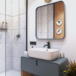 Создайте стильный интерьер: ванная комната среднего размера в современном стиле с плоскими фасадами, серыми фасадами, душем без бортиков, белой плиткой, белыми стенами, настольной раковиной, белым полом, серой столешницей и душевой кабиной - последний тренд