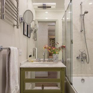 Immagine di una stanza da bagno padronale classica con ante verdi, vasca ad alcova, vasca/doccia, piastrelle beige, pareti beige, lavabo sottopiano, pavimento beige, consolle stile comò e porta doccia scorrevole