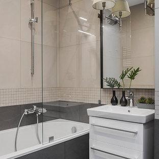 Новый формат декора квартиры: главная ванная комната в современном стиле с керамогранитной плиткой, полом из керамогранита, плоскими фасадами, белыми фасадами, душем над ванной, бежевой плиткой, серой плиткой, накладной ванной и серым полом