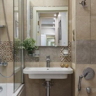 Выдающиеся фото от архитекторов и дизайнеров интерьера: главная ванная комната в современном стиле с ванной в нише, душем над ванной, бежевой плиткой и подвесной раковиной