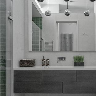 Идея дизайна: ванная комната в современном стиле с плоскими фасадами, душем в нише, врезной раковиной, серым полом, душем с распашными дверями и белой столешницей