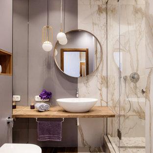Свежая идея для дизайна: ванная комната среднего размера в современном стиле с инсталляцией, душевой кабиной, душем с распашными дверями, душем в нише, бежевой плиткой, серыми стенами, настольной раковиной, столешницей из дерева, коричневым полом, коричневой столешницей и открытыми фасадами - отличное фото интерьера