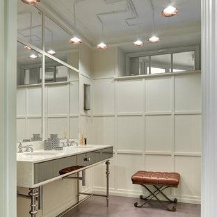Стильный дизайн: ванная комната в стиле современная классика с плоскими фасадами, отдельно стоящей ванной, белыми стенами, врезной раковиной и фиолетовым полом - последний тренд