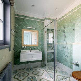 На фото: большая ванная комната в средиземноморском стиле с белыми фасадами, открытым душем, керамической плиткой, белыми стенами, полом из керамогранита, душевой кабиной, разноцветным полом, фасадами с утопленной филенкой, зеленой плиткой, душем с распашными дверями и белой столешницей с