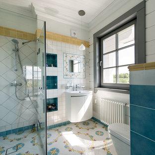 Создайте стильный интерьер: большая ванная комната в средиземноморском стиле с белыми фасадами, открытым душем, разноцветной плиткой, керамической плиткой, белыми стенами, полом из керамогранита, душевой кабиной, разноцветным полом, душем с раздвижными дверями и плоскими фасадами - последний тренд