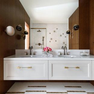 Идея дизайна: ванная комната в стиле современная классика с фасадами с утопленной филенкой, белыми фасадами, коричневыми стенами, разноцветным полом и белой столешницей