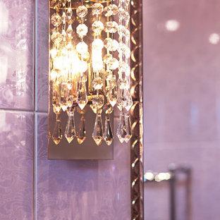 Mittelgroßes Klassisches Kinderbad mit profilierten Schrankfronten, lila Schränken, Eckbadewanne, Wandtoilette, rosafarbenen Fliesen, Keramikfliesen, rosa Wandfarbe, Keramikboden, Einbauwaschbecken, gefliestem Waschtisch, lila Boden und lila Waschtischplatte in Sonstige