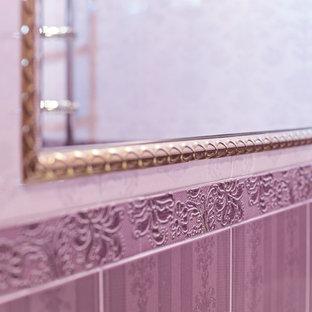 Ejemplo de cuarto de baño infantil, clásico, de tamaño medio, con armarios con paneles con relieve, puertas de armario violetas, bañera esquinera, sanitario de pared, baldosas y/o azulejos rosa, baldosas y/o azulejos de cerámica, paredes rosas, suelo de baldosas de cerámica, lavabo encastrado, encimera de azulejos, suelo violeta y encimeras moradas