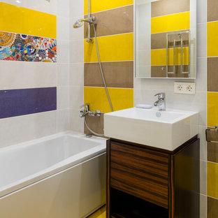 Foto di una stanza da bagno padronale design con ante in legno bruno, vasca ad alcova e pavimento giallo