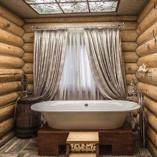 Выдающиеся фото от архитекторов и дизайнеров интерьера: ванная комната в стиле рустика с ванной на ножках и полом из керамической плитки
